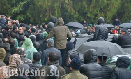 ВАбхазии начался штурм администрации президента (ВИДЕО)