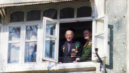 В Таджикистане оркестр армии России дал концерт под окнами последнего защит ...