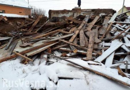 Каратели на Донбассе разбирают дома на дрова