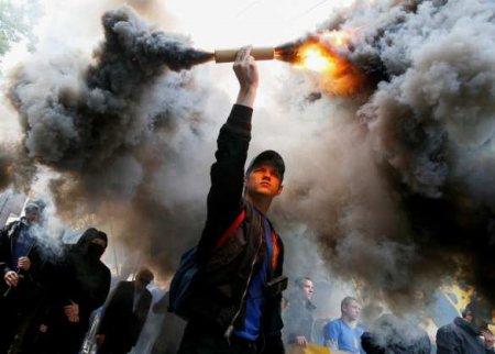 Протесты в Киеве: митингующие жгли дымовые шашки и перекрывали Крещатик (ФОТО, ВИДЕО)