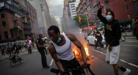 Мэра Нью-Йорка от толпы на митинге спасла чернокожая жена (ФОТО, ВИДЕО)