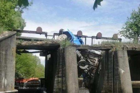 Грузовик повис над рекой — на Украине «устал» очередной мост (ФОТО)
