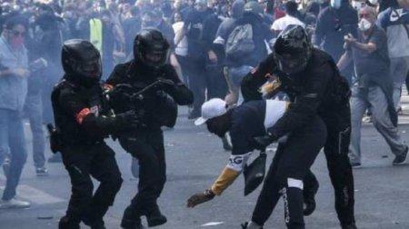 Французский полицейский спецназ забили камнями и бутылками в самом центре Парижа (ВИДЕО)