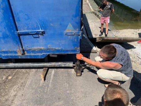 Проклятое место: на Украине снова рухнул мост через водохранилище (ФОТО)