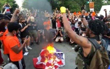День независимости: в США сожгли флаг и снесли памятник Колумбу (ФОТО, ВИДЕ ...