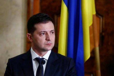 «Просто негодяи»: Зеленский возмутился из-за парт с пластиковым покрытием для украинских школ
