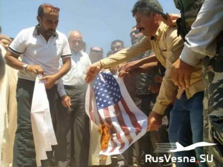 «Убирайтесь вон!» — сирийцы жгут флаги США и Турции, требуя от оккупантов у ...