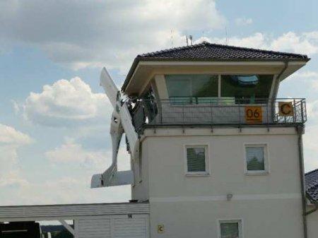 ВГермании самолёт застрял вбашне аэропорта (ФОТО)