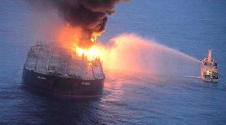 Катастрофа: военные корабли четвёртый день пытаются потушить супертанкер (Ф ...