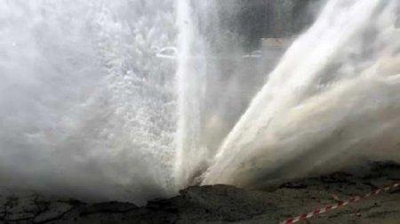 Многометровый фонтан вместо водопровода: эпичный прорыв трубы в Черновцах (ВИДЕО)