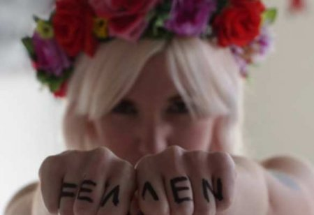 «Активистка» Femen разделась перед консульством Польши в Одессе (ФОТО 18+)