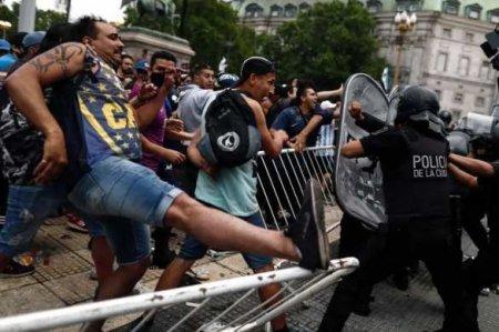 Футбольные фанаты подрались с полицией на церемонии прощания с Марадоной (ФОТО, ВИДЕО)