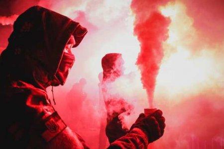 Украинские неонацисты устроили идиотское шоу перед посольством России в Киеве (ФОТО)
