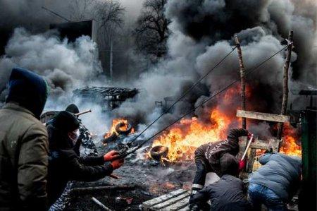Это Украина: учительница влезла на парту в камуфляже, чтобы рассказать детям про Майдан (ВИДЕО)