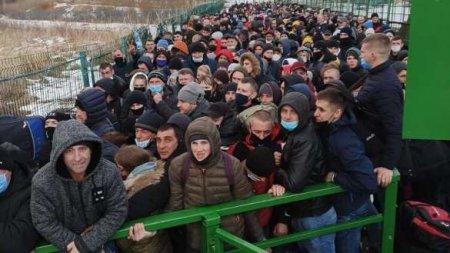Тысячи украинцев без масок штурмуют пункты пропуска на польской границе (ФОТО)
