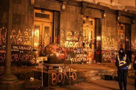Офису Зеленского предложили необычное решение для изуродованных неонацистами дверей (ФОТО, ВИДЕО)